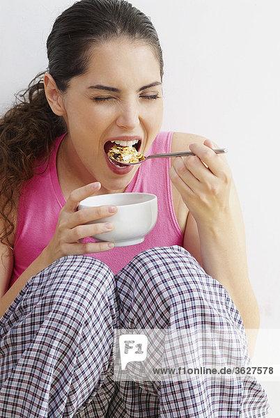 Junge Frau mit einem Löffel gegessen