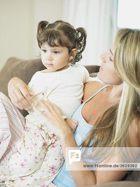 Nahaufnahme einer Mitte erwachsen frau mit ihrer Tochter