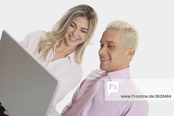 Nahaufnahme der geschäftsfrau und ein Geschäftsmann benutze ein Laptop und lächelnd