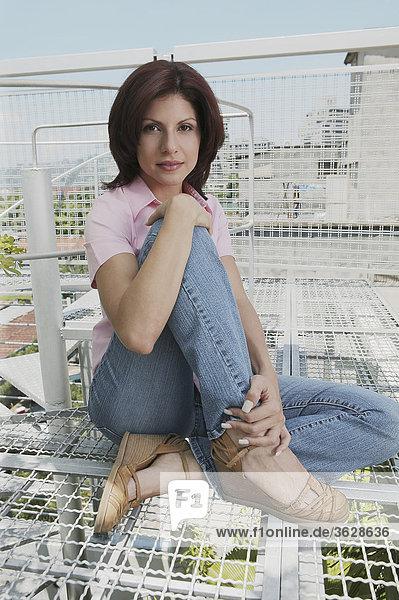 sitzend junge Frau junge Frauen Portrait grillen grillend grillt