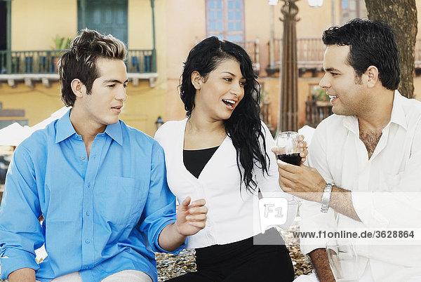 Nahaufnahme zwei junge Männer und eine junge Frau lächelnd