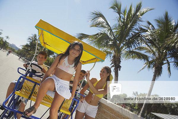 Mädchenbildnis sitzen auf ein Buggy mit ihren Freunden