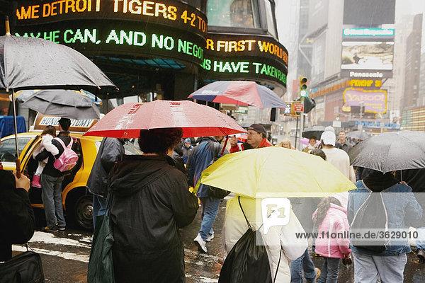 Touristen überqueren der Straße  New York City  New York State  USA