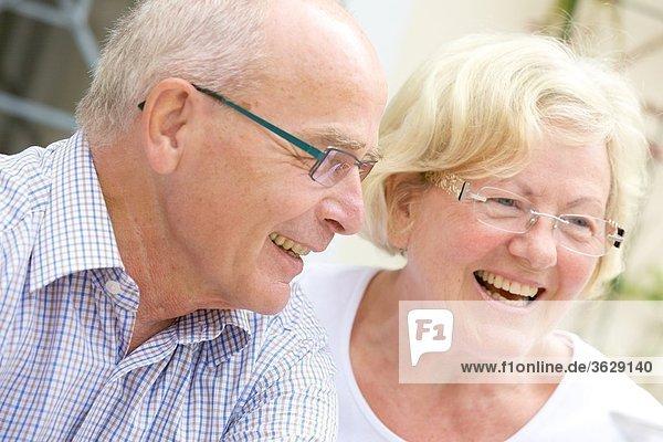 Lachendes Seniorenpaar im Freien  Portrait