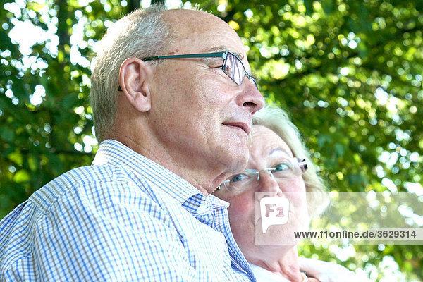 Seniorenpaar im Freien