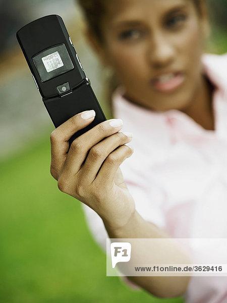 Nahaufnahme einer jungen Frau ein Bild von sich selbst mit einem Mobiltelefon