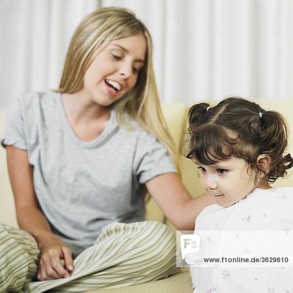 Junge Frau berühren ihre Tochter