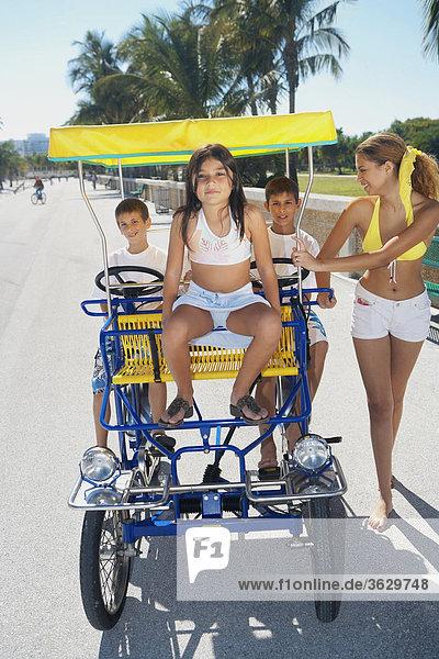 junge Frau junge Frauen Freundschaft gehen Kinderwagen 3