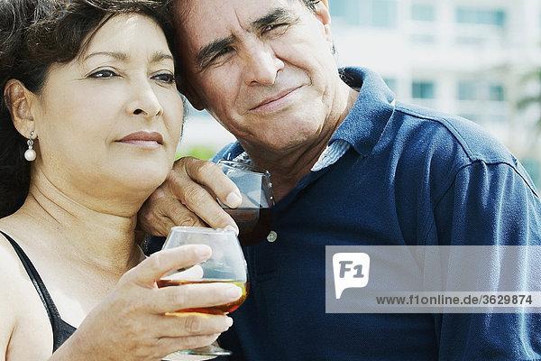 Nahaufnahme ein reifes Paar halten Weingläser und wegsehen