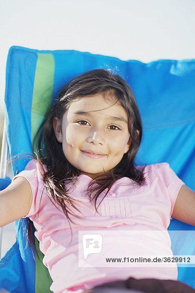 Mädchenbildnis liegend auf dem Strandstuhl