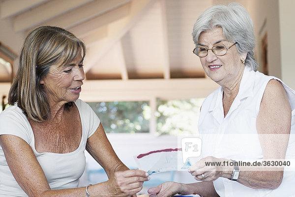 Senior Senioren zeigen Frau Fotografie