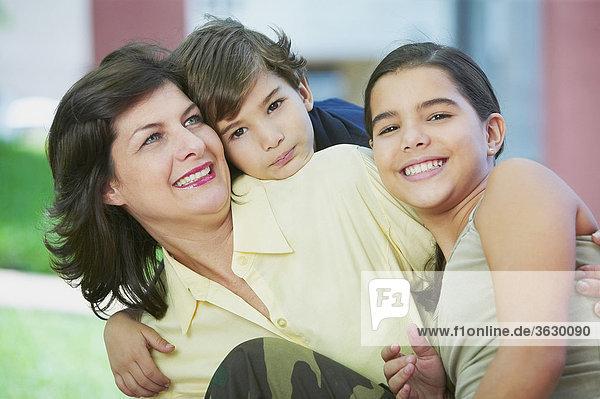 Nahaufnahme einer Reifen Frau lächelnd mit ihren Kindern