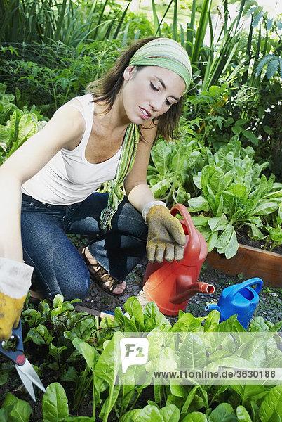 Junge Frau garten-ringelblume
