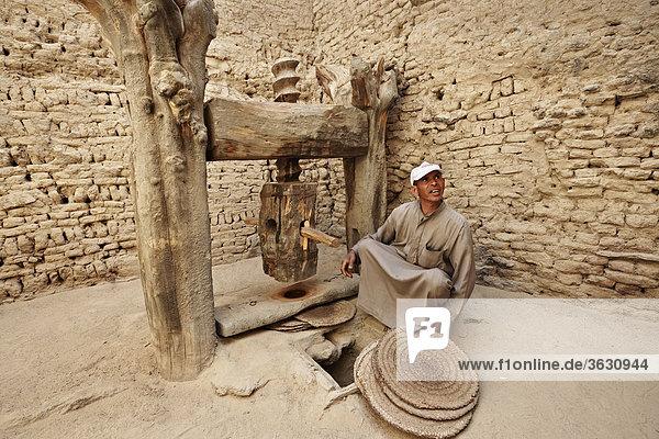 Mann an einer Olivenölpresse in der Altstadt Al-Qasr  Oase Dachla  Libysche Wüste  Ägypten