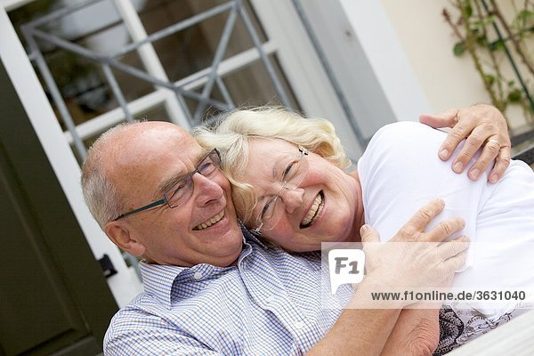 Glückliches Seniorenpaar im Freien  Portrait