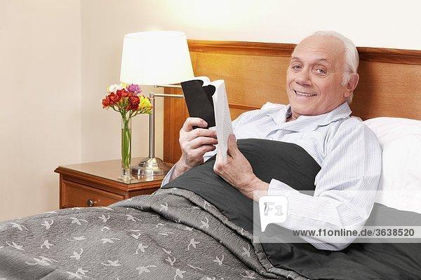 Mann Buch lächeln Wohnhaus Sorge Taschenbuch vorlesen