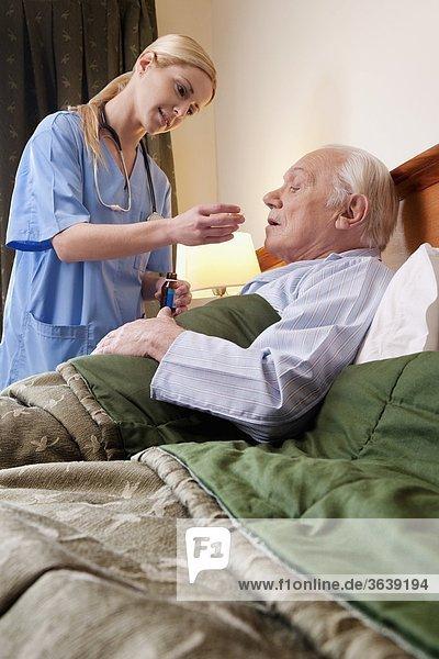 Mann geben Gesundheitspflege