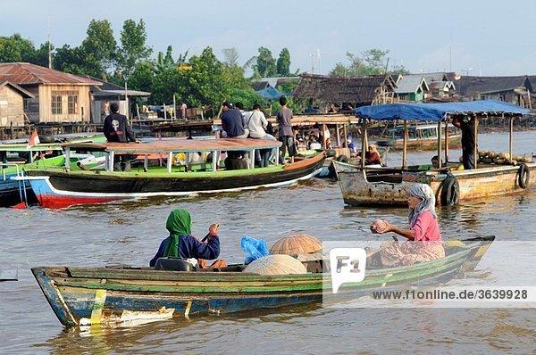 Pasar Terapung floating market  Kuiin and Barito rivers  Banjarmasin  Kalimantan  Indonesia