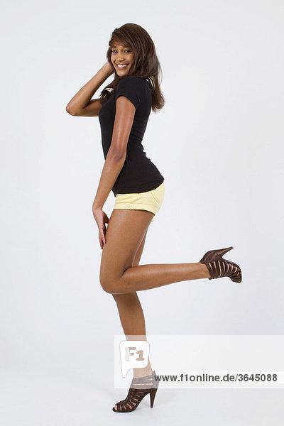 Junge Frau in Hotpants posiert