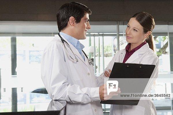 Zwei Ärzte mit einem