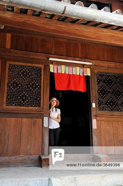 guide au palais royal H´Mong environ de Dong Van province de Ha Giang nord Vietnam asie du sud-est//guide at H´Mong Royal Palace  around Dong Van Ha Giang province northern Vietnam southeast asia