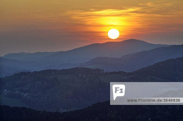 Sonnenuntergang vom Peilstein aus gesehen  Triestingtal  Niederösterreich  Österreich  Europa