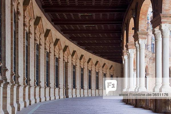 Rundgang mit Säulen an der Plaza de Espana in Sevilla  Andalusien  Spanien  Europa
