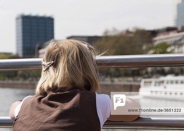 8-jähriges Mädchen blickt bei einer Dampferfahrt in Richtung Frankfurt am Main,  Hessen,  Deutschland,  Europa