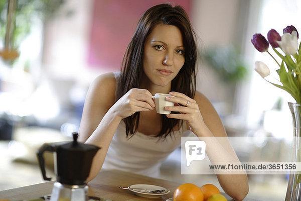 Junge Frau  20 Jahre  mit Espresso