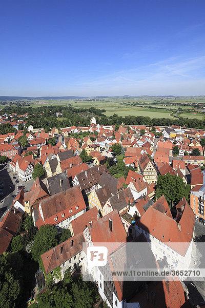 Blick vom Kirchturm des Daniels oder der St.-Georgs-Kirche nach Westen  Nördlingen  Schwaben  Bayern  Deutschland  Europa