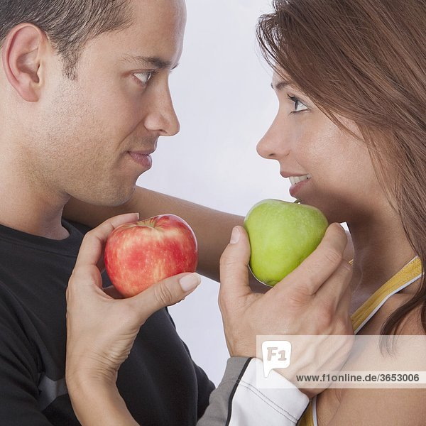 Paar hält Äpfel und romancing