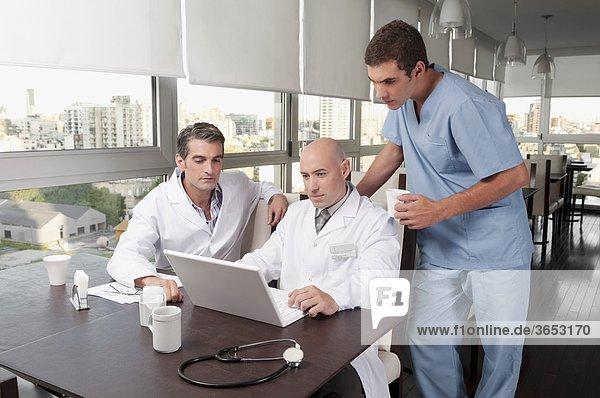 Ärzte mit einem Laptop in eine cafeteria