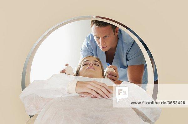 Patienten gehen durch eine Kernspintomogramm