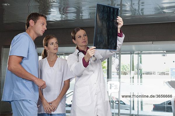 Arzt Ergebnis MRI Scan für medizinische Telefonzentralen