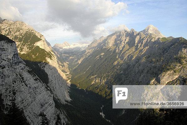 Blick in Gebirgstal  Reintal mit Gebirgsbach Partnach  Zugspitzplatt  Alpspitze  Wettersteingebirge  Oberbayern  Bayern  Deutschland  Europa