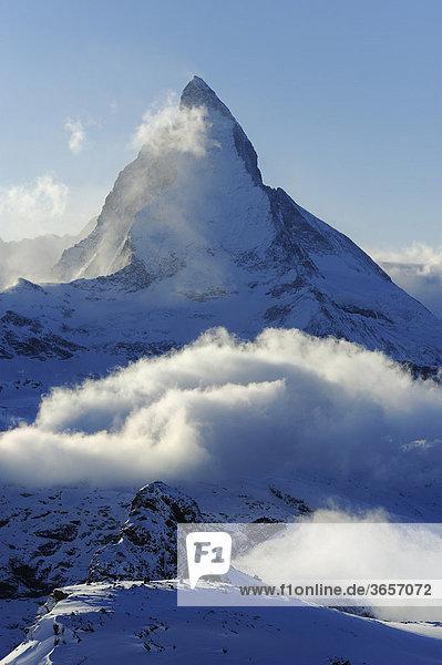 Matterhorn in Wolken verhüllt  Zermatt  Wallis  Schweiz  Europa