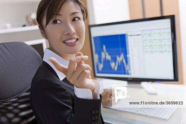 Geschäftsfrau bei der Arbeit im Büro