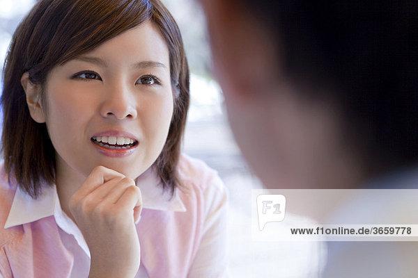Junge Frau im Gespräch mit einem jungen Mann