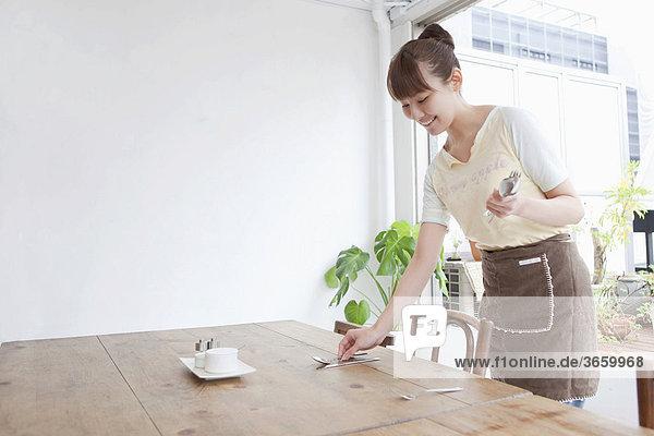 Junge Frau arbeitet in einem Cafe