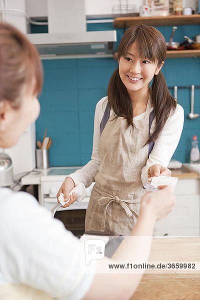 Junge Frauen arbeiten in einem Cafe