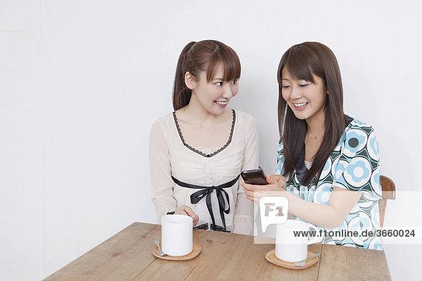 Junge Frauen trinken Tee