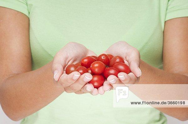 Nahaufnahme of a Frau hält Cherry-Tomaten