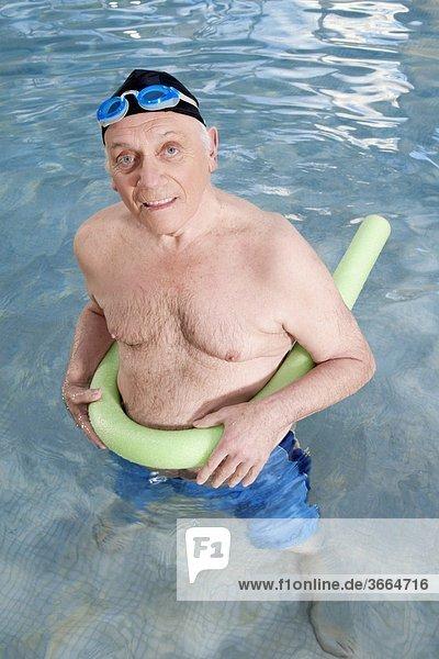 benutzen Mann fließen Schwimmbad