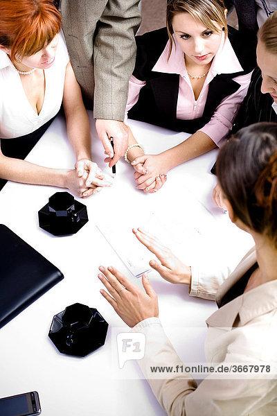 Ein junges Business-Team bei der Besprechung im Büro