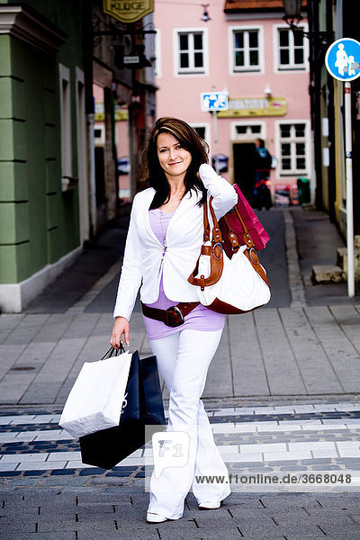 Junge Frau beim Einkaufen in der Stadt