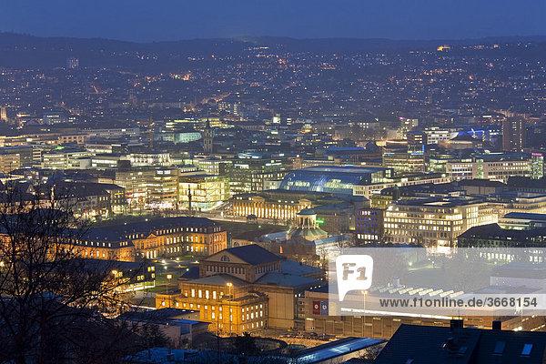 Blick von der Uhlandshöhe auf Stuttgart bei Nacht  Dämmerung  Panorama  beleuchtet  Stuttgart  Baden-Württemberg  Deutschland  Europa