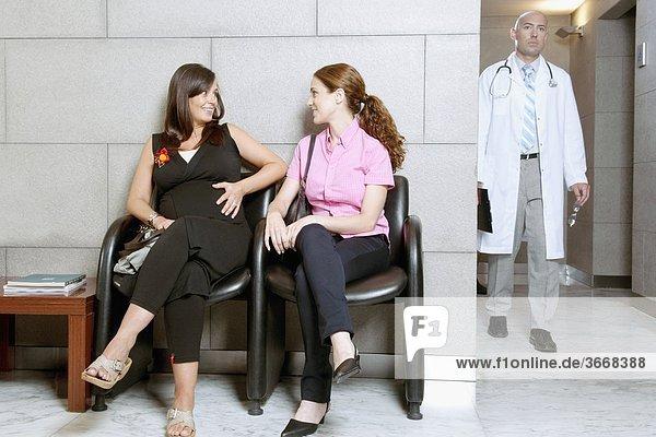 Zwei Frauen sitzen im Krankenhaus Warteraum