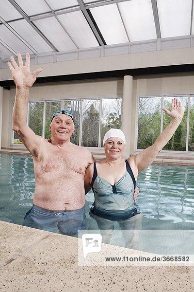 lächeln heben Schwimmbad