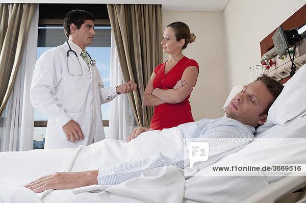 Frau mit einem Arzt diskutieren
