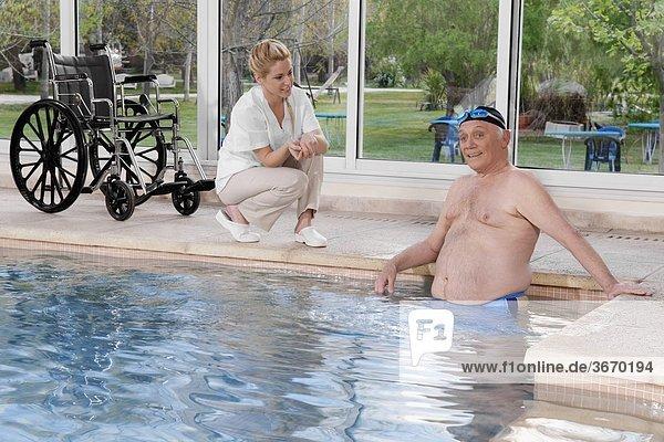 Mann arbeiten Gesundheit Beckenrand Schwimmbad